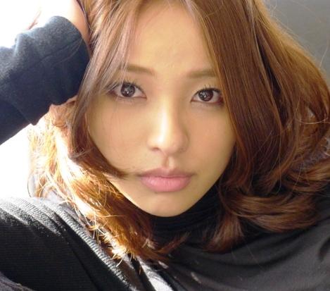 ふんわりとしたヘアスタイルの水崎綾女