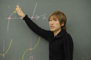 坂田アキラの大学や年収と結婚について!予備校はどこ?